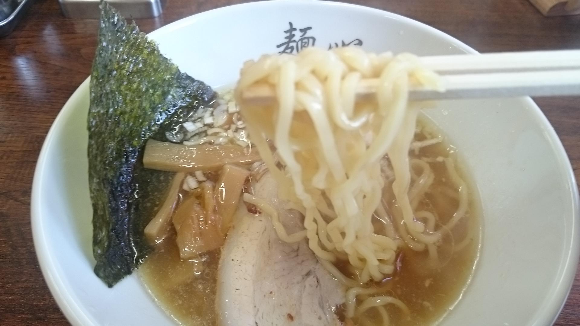 麺心の醬油ラーメンのちぢれ麺